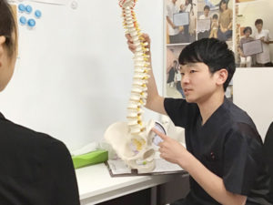 骨模型を持ってカウンセリング